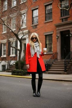 crveni kaput i sal u neutralnoj svetlijoj boji