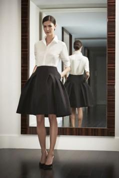 crna suknja i bela bluza