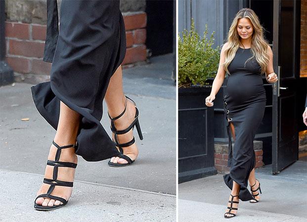 Chrissy Teigen crne sandale sa kaisevima