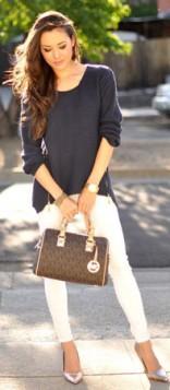 bele pantalone i teget bluza