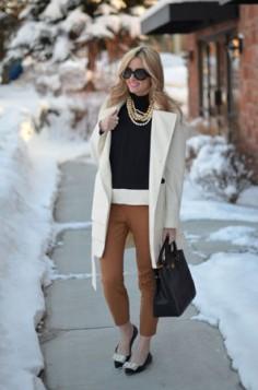 braon pantalone i beli kaput
