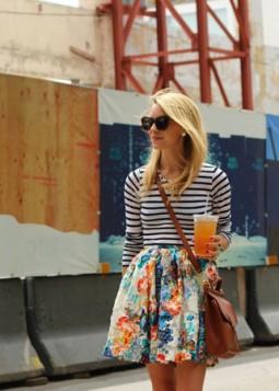 prugasta bluza i suknja sa cvetnim printom