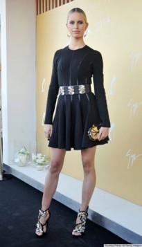 metalik zlatne cipele i torbica uz malu crnu haljinu