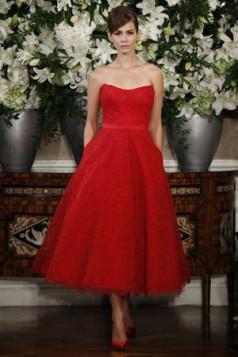 crvena haljina golih ramena