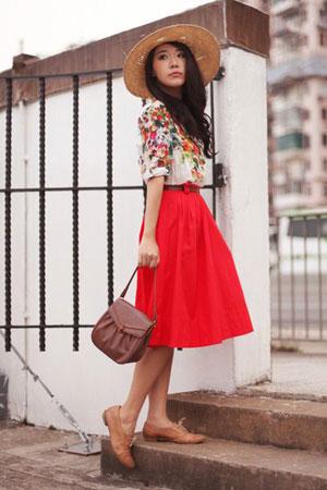 oxford cipele uz crvenu midi suknju