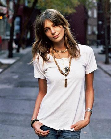 bela majica i vise lancica