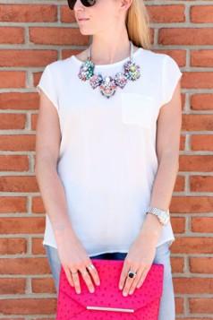 raskosna ogrlica i bela majica