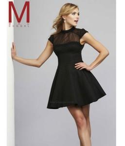 mala crna haljina sa providnim dekolteom