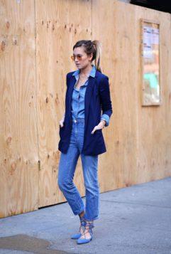 monohromatski outfit sa plavim blejzerom
