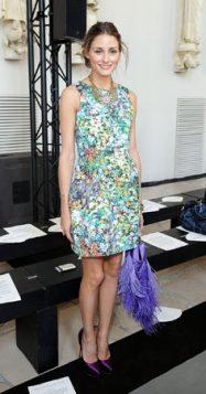 Olivia Palermo haljina sa cvetnim printom uz ljubicaste cipele i torbu