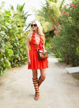narandzasta haljina i braon gladijator sandale