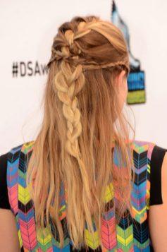 pletenica na polupodignutoj kosi Kristen Bell