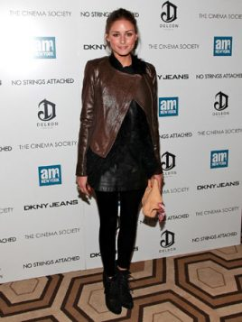 Olivia Palermo braon kozna jakna preko crnog outfita