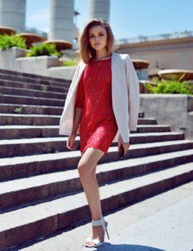 beli blejzer preko crvene cipkaste haljine