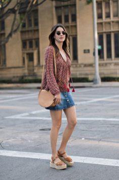 svilena pufnasta bluza teksas suknja i platforme