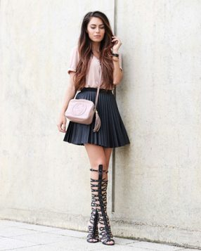 crne gladijator sandale i crna plisirana mini suknja