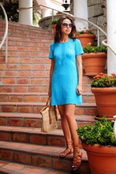 gladijator sandale i plava haljina iznad kolena