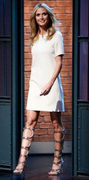 bela haljina iznad kolena i gladijator sandale