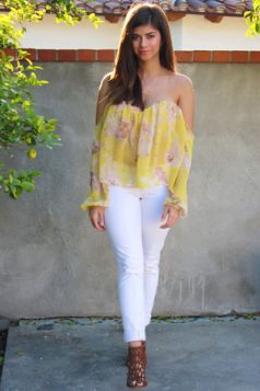 bluza spustenih ramena i beli dzins
