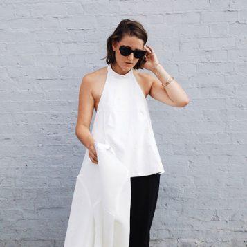 bela halter bluza i crne pantalone
