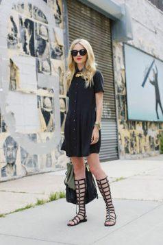 mala crna kosulja haljina i gladijator sandale