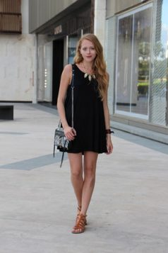 mala crna haljina i brao gladijator sandale