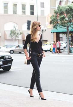 crna bluza sa V izrezom i uski dzins