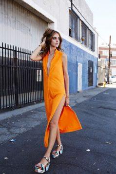 sandale sa geometrijskim printom i narandzasta haljina