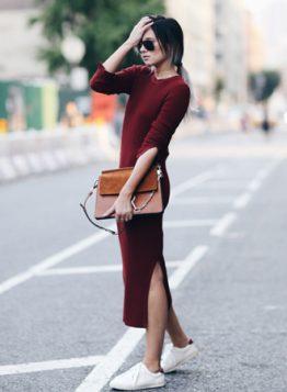 burgundi pletena haljina i bele patike