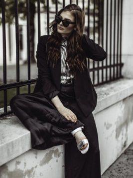 crni blejzer uz crne siroke pantalone