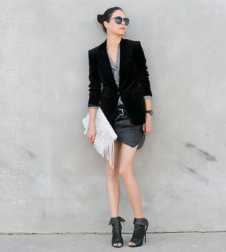 crni blejzer uz mini suknju
