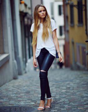 kozne pantalone bela bluza i stikle