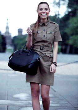 militaristicka haljina i crna torba