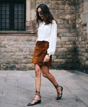 bela kosulja i braon plisana suknja