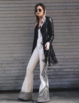 beli kombinezon i kozna jakna sa resama