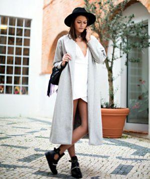 sesir uz belu haljinu i sivi kaput