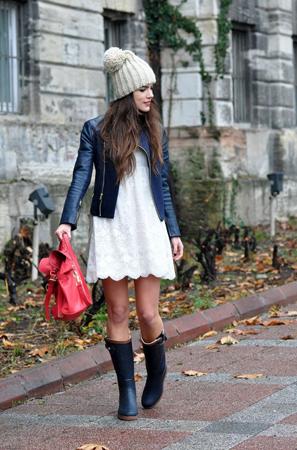 crne gumene cizme bela haljina i kozna jakna