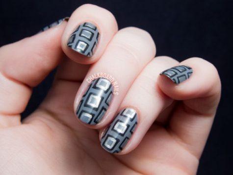sivi nokti sa geometrijskim dezenom