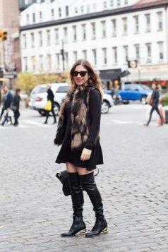 krzneni prsluk cizme iznad kolena i crna haljina