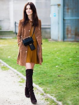 cizme iznad kolena uz oker haljinu i braon kaput