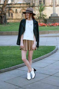 bele cizmice uz suknju