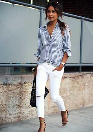 Prugasta košulja i bele farmerke