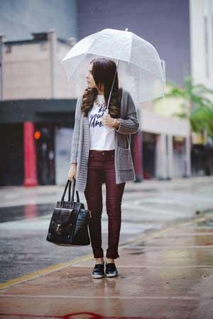 Kišobran i sivi kardigan
