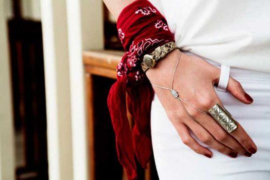 crvena bandana oko ruke