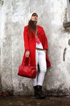 crveni kaput uz belu odecu