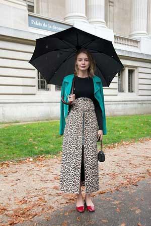 leopard print suknja i crvene cipele