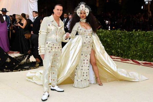 Cardi B rame uz rame sa dizajnerom Džeremijem Skotom u haljini Moskino.