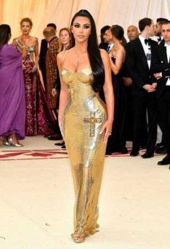 Kim Kardashian je blistala je u haljini Versaće.