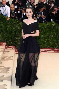 Lily Collins odabrala je haljinu modne kuće Živanši.