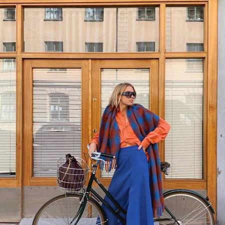 kobalt plava suknja i narandzasta bluza